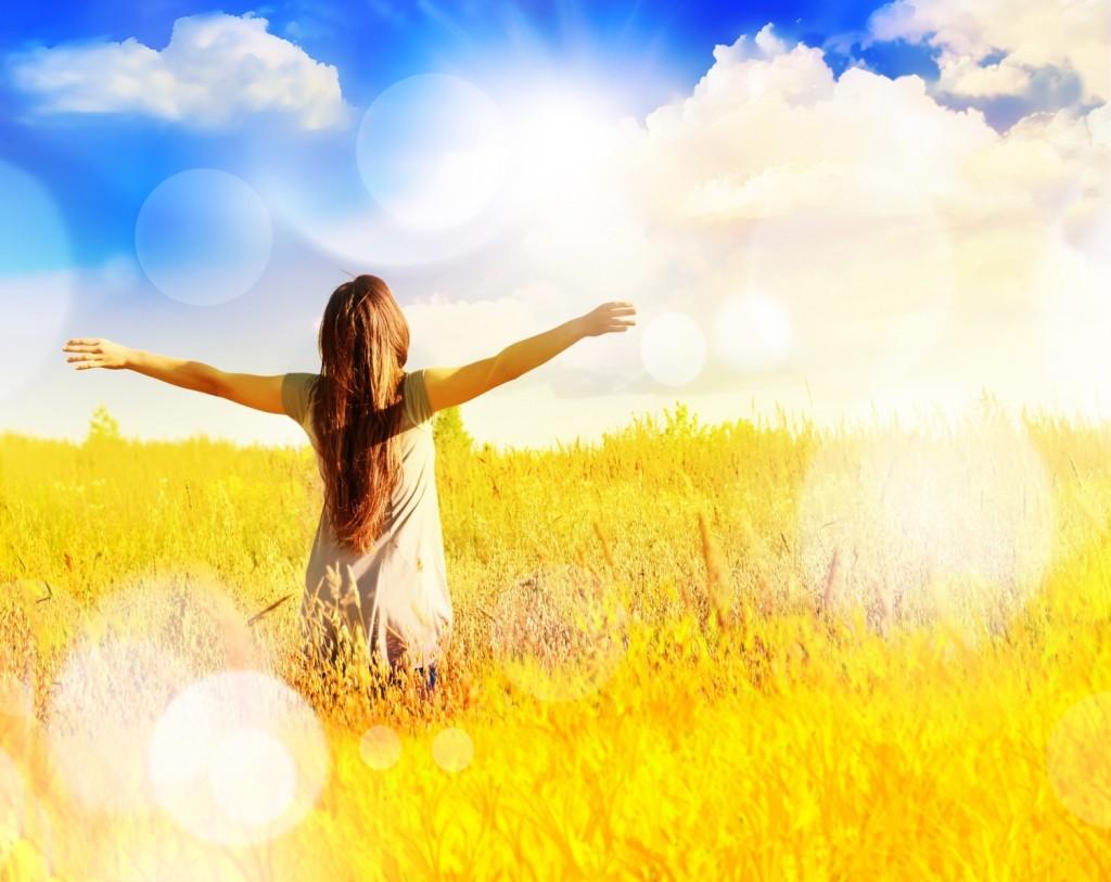BM_Free-happy-woman-enjoys-freedom-on-sunny-meadow._79952247-1500x1192